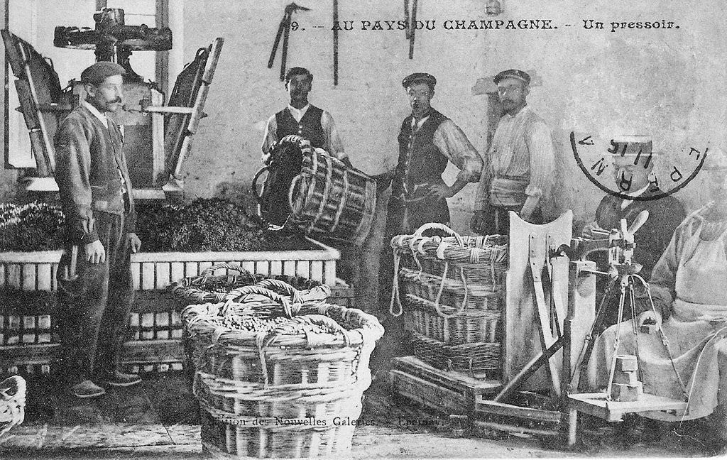 Une photo ancienne d'un pressoir traditionnel pendant les vendanges